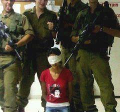Soldats sionistes tenant une palestinienne