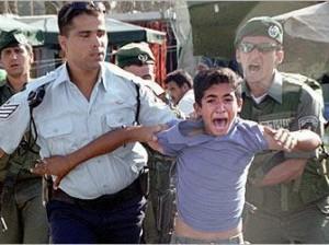Un enfant palestinien terrorisé paer des soldats sionistes