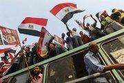 Les partisans de Morsi arborant le drapeau national