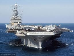 Porte-avions Nimitz  véritable base militaire en rade dans le Golf