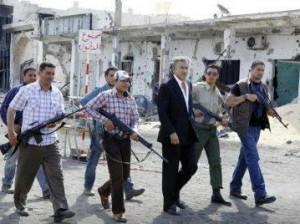 BHL escorté par des rebelles libyens qu'il avait organisés, financés et transférés en Syrie juste après le déclenchement des protestations dans ce pays