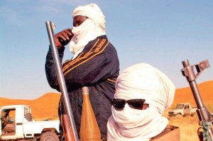 Entre Kidal et la frontiere algerienne, rencontre avec les petites-mains d'AQMI. Trafics d'essence, de cigarettes,