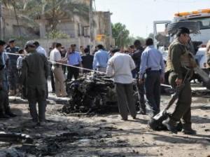 Les éléments de la police irakienne scrutent les lieux de l'attentat près du Consulat Honoraire de France à Nassiriya