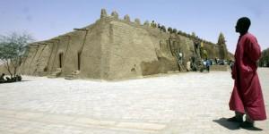 La ville est inscrite au patrimoine mondial par l'Unesco depuis 1988. Ici sur la photo, la grande mosquée Djingarey.