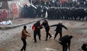 A la veille de la seconde phase du référendum sur la Constitution, islamistes et opposants ont échangé, le vendredi 21 décembre, à Alexandrie, des jets de pierres