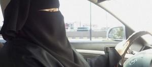 Manal Al Sharif au volant défiant les autorités de son pays