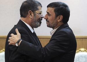 Morsi acceuillant Ahmadinejad à l'aéroport du Caire