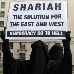 Pancarte salafiste réclamant la Chariah et rejetant la démocratie