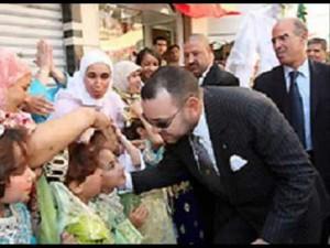 Mohamed VI avec des enfants de la communauté marocaine au Sénégal