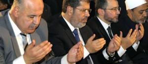 "Morsi en prièrev avec ses ""frères"""