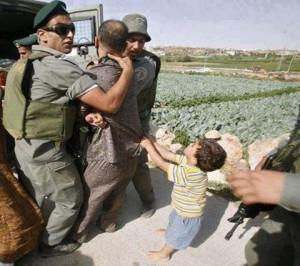 L'humiliation au quotidiens des palestiniens dans leur propre pays par les bandes sionistes