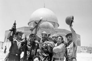 Soldats sionistes sur l'esplanade de la mosquée du 3ème lieu saint de l'Islam à Al Qods
