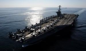Porte-avions américain Nimitz ayant pour port d'attache le port de la base américaine au Bahreïn, le plus grand port militaire de la région