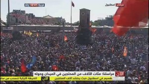 Manifestation monstre sur la Place Takçim à Istambul