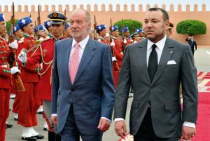 Le Rois Mohamed VI accueillant le Roi Juan Carlos d'Espahne
