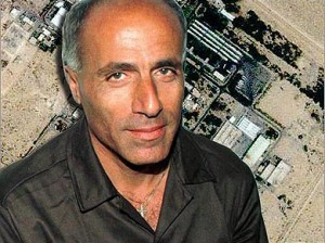 Mordachai Vanunu avec pour fond de photo la central de Daymouna